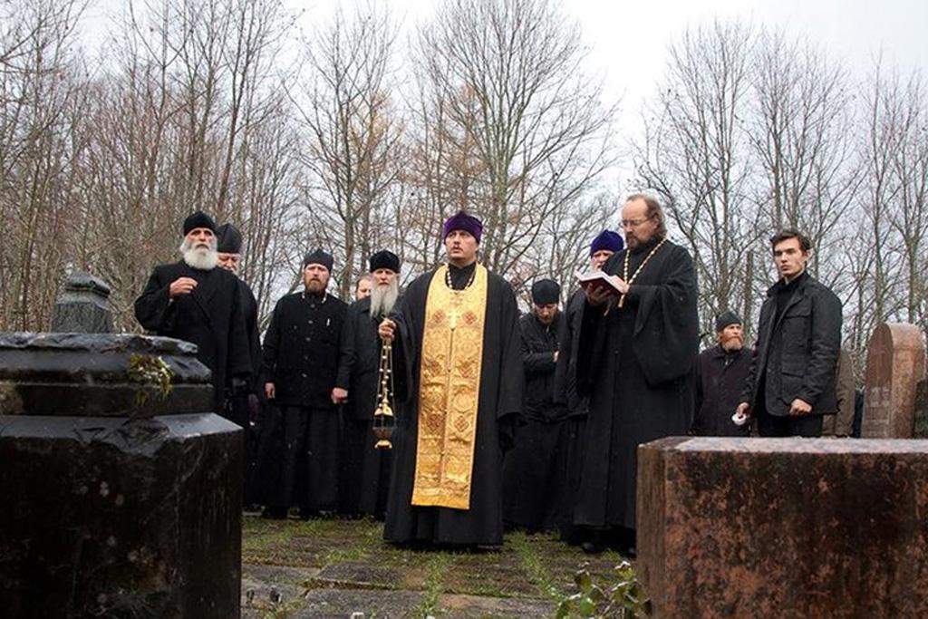 u-mogily-s-a-rachinskogo-2012-god-litiyu-sluzhit-protoierej-vladimir-evstigneev-sprava-ot-nego-vladyka-rzhevskij-i-toropeckij-adria